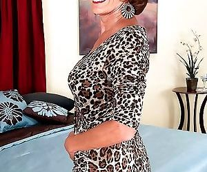 Older milf whore posing in pantyhose just for you - part 855