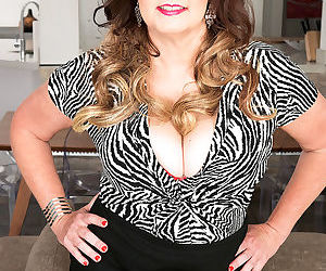 Chubby older mature Josie Ray looses her massive saggy boobs to give a blowjob