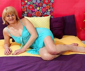 Horny granny clara dildos her older pussy - part 847