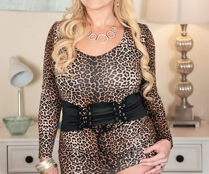 Middle-aged blonde Taylor Leigh seduces her man before riding on top his cock
