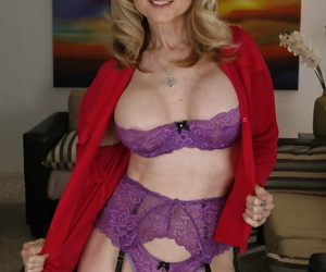 Mature woman Nina Hartley turns her stepdaughter Ally Evans into a lesbian