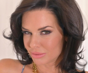 Squirting big breasted MILF Veronica Avluv gets her pussy slammed