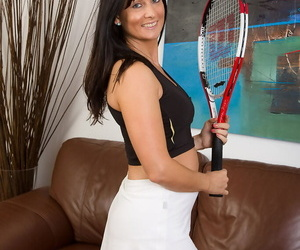 Dark haired sports girl Lelani Tizzie lifts long legs to spread her beaver