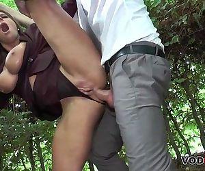 Brunett MILF im freien Anal gefickt - 8 min HD