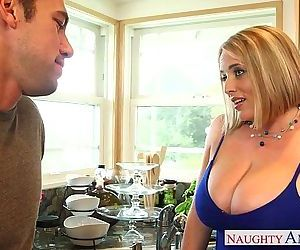 Voluptuous blonde mom Maggie Green gives titjobHD
