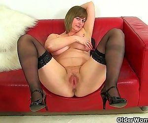 British milf Jessica Jay works her wet pussyHD