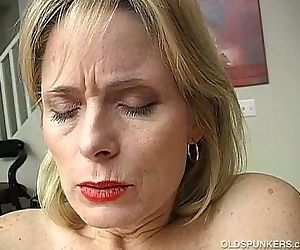 Mature amateur has an orgasm - 5 min