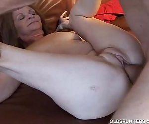 Gorgeous older babe loves to fuck - 9 min