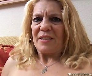 Mature babe has a pierced pussy - 5 min
