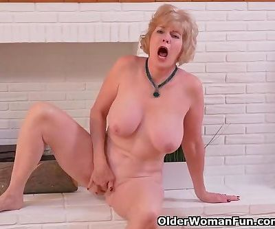 American gilf Sindee Dix needs to rub one out
