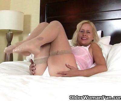 American milf Payton Leigh gets aroused in nylon stockings