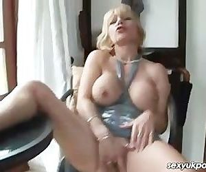 UK mature pornstar Jane Bond gets..