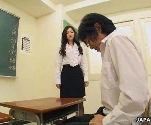 Muy Lindo estudiante chupando su los maestros polla off - 48 sec
