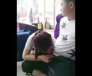 国产理发店里的老板娘真的骚,小哥在休息�..