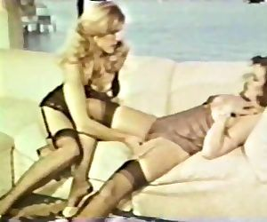 Lesbian Peepshow Loops 585 70s and 80s - Scene 3
