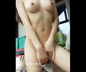 Chinese Sexy Girl Show her Nice Body