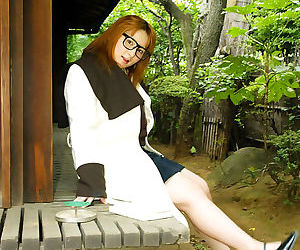 Asian amateur Yamazaki Akari revealing her massive melons..