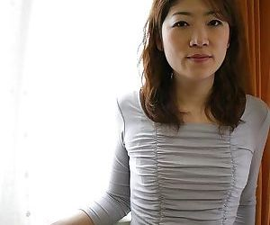 Asian MILF Miwa Nakazaki gets bottomless and has some..