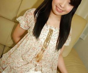 Smiley Asiatico teen in calze spogliarsi e spreading..