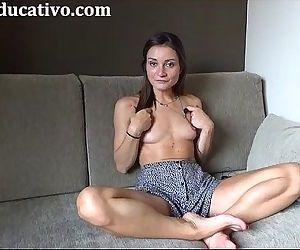Valentina Bianco se masturba en el sofa hasta correrse