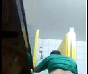 Socando rola no ajudante no banheiro da rodoviária