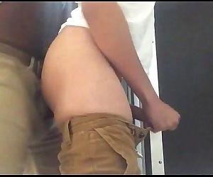 Negão comendo rabudo em banheiro publico