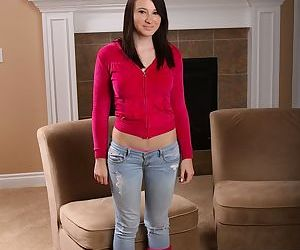 Bosomy amateur teenie in jeans..