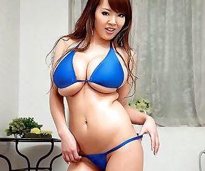 Drunk asian pornstar hitomi tanaka masturbating in bikini..
