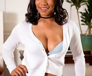 Superb Ebony woman Jenna Foxx strips and gently touches..
