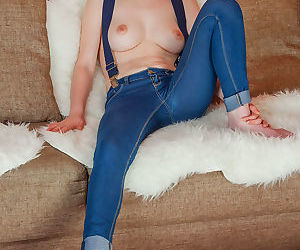 Slender Nessie peels her tight jeans to spread legs wide..