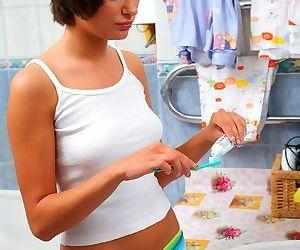Милые подросток девушка получает Грохнули в В Ванная комната Во время Утром