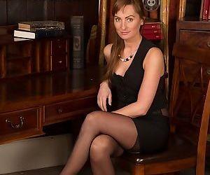 Amateur babe Karon Ross posing in her stunning black..