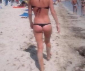 Photos of a sexy blonde babe posing in her black bikini -..