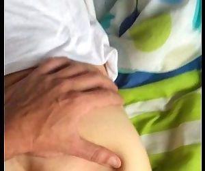 Hombre de gran verga le folla el culo a un chico de 18 años