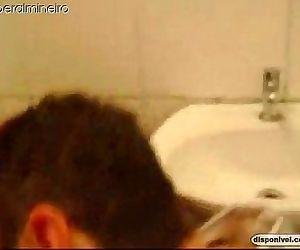 Mamando policial no banheiro