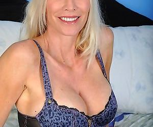Older cougar cameo exposes her..