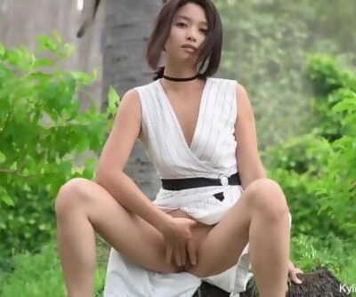 Kylie_NG Flashing in Public Garden
