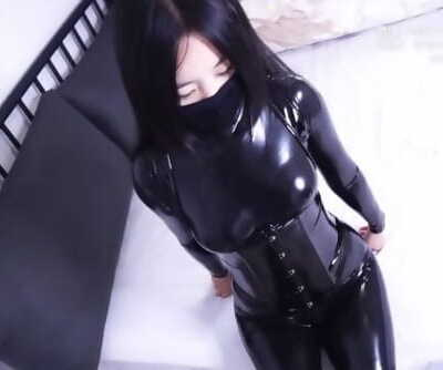 Girl very first attempt in wearing pawing with high heels, bondage and breathplay