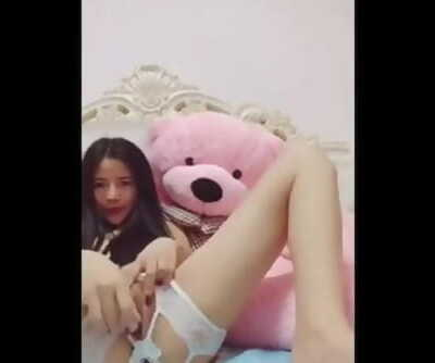 Pretty Chinese Camgirl Plays With Her Fat Pinkish Beaver