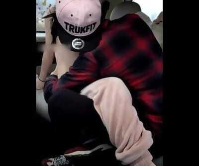 纹身小伙和兄弟在车上直播和女友爱爱,内射后女生大喊你他妈的