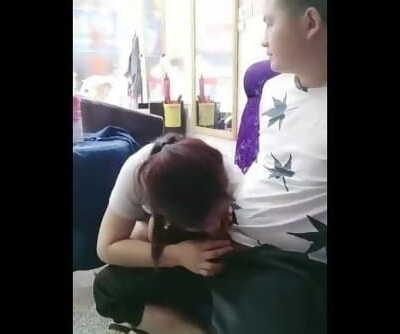 国产理发店里的老板娘真的骚,小哥在休息沙发上坐着给小哥撸鸡巴口活,穿裙子没内裤�..