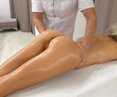 Unexpected Sex with In-Home Rubdown Therapis / Unprotected Creampie