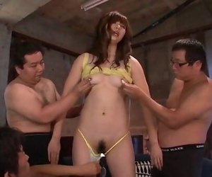Amazing Mami Yuuki deals peckers in group activity