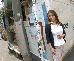 Young Japanese lady Royoko bares her handsome body before..