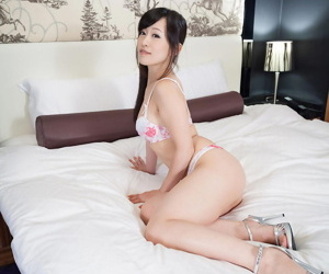 Japanese solo chick gushes her cleanly shaved muff on her..