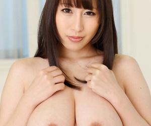 Busty Asian hottie Yuna Hoshizaki gives a titjob before..