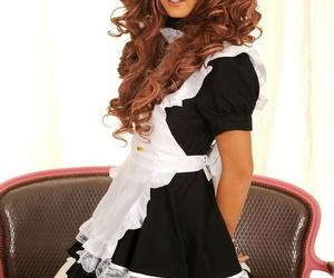 Redheaded Czech stunner Mia Manarote flaunts her vagina..
