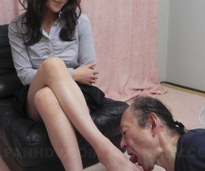Japanese beauty Miku Sachi has her shaven pubic hair and..