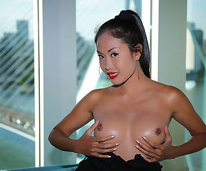 Long legged Asian chick Davon Kim poses in the nude with..
