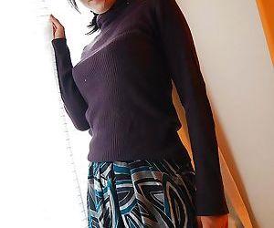 Asian MILF Ryoko Morikawa undressing and exposing her..